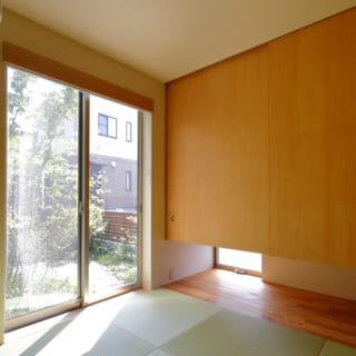 1階の奥に配置した和室は寝室として利用。中庭の景色と一体となり実際の広さ以上に開放的。朝陽も気持ちよい。