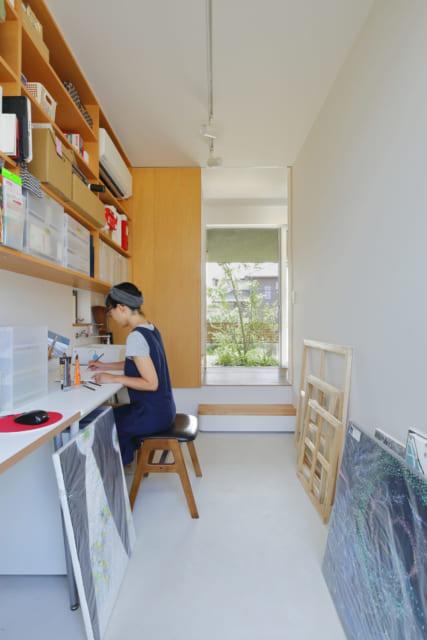 1階のアトリエは床を下げて天井高をアップ。前庭、中庭どちらにも目線が抜け、実際の広さ以上に広がりを感じられる。奥さまのアトリエ、ご主人の書斎として使用している。