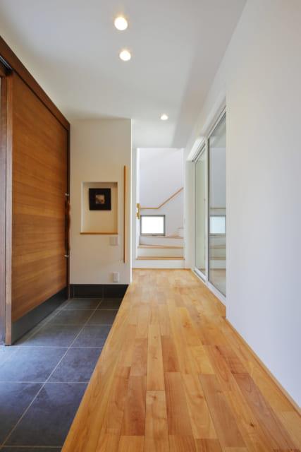 玄関とテラス・中庭の間に設けられた広い土間と廊下。土間は来客時やベビーカー置き場として重宝。