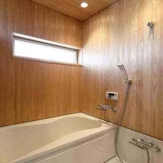 """リゾートに来ているかのような木質感のあるバスルーム。場所ごとに""""居心地の良さ""""が計算されている。"""