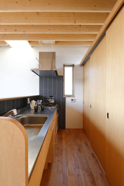 ダイニングと一体になったキッチン。天板や手元は隠れるので、生活感を最小限に抑えられている。