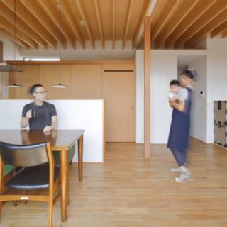 リビング、ダイニング、キッチンはひとつの大空間。「ダイニング中心の生活になるかと思っていたのですが、リビングのソファに座ると景色も目線の高さも変わるので気分転換になり、それぞれの空間を楽しんでいます」