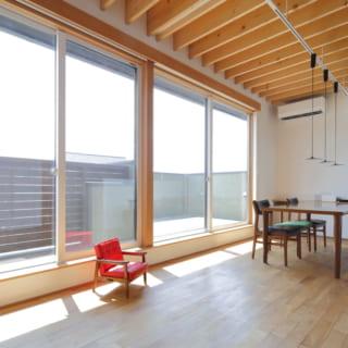 2階のリビングダイニングの南側は全面窓で開放感いっぱい。「朝陽から夕陽まで見えるので一日の流れが自然と感じられます」。窓辺はロールスクリーンを採用し、すっきりモダンな印象に。