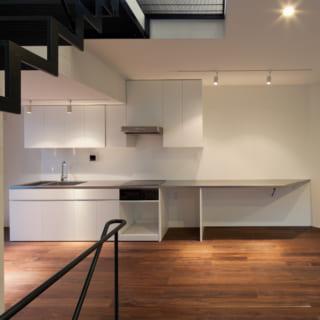 キッチンは、ステンレスの天板だけを、あえて大きめに作りました。作業テーブルを兼ねています。