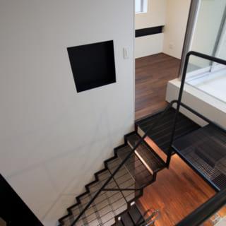 3階からの見下ろし。2階から3階の階段は、グレーチング。足が痛くならない細かい目のグレーチングを、階段のササラに溶接して作っています。