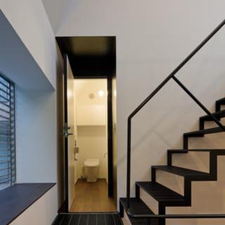階段を3段上がったところがトイレ。トイレの前のちょっそしたスペースは、右上のニッチと同様に、黒く塗りました。この家では、このような「黒の開口部」が全部で四つあります