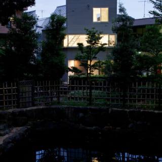公園から見た夜景。公園には起伏があり、2階のレベルが大体、公園のレベルとなります。建物の横長の窓は、そのレベルに合わせるようにつくったものです。建物の前は丁度池となっているため、横長の窓からは公園の奥まで見通せます