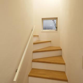 階段/1階と2階をつなぐ階段。この階段を上った先には、ケヤキの木を望む明るいリビングがある