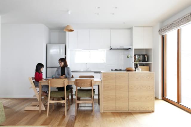 リビングダイニング/オーダーで制作したダイニングテーブルセットと収納。全体の統一感を考え、床に用いられたオークと同じ素材で作られている