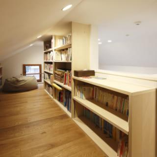 2階のロフトスペース/読書を楽しめる落ち着いた空間。低い天井が、屋根裏部屋のような雰囲気を醸し出している