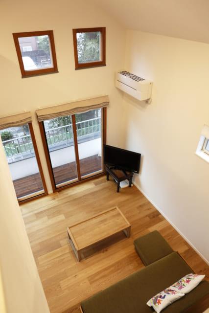 2階のロフトから見たリビング。壁がないため、2階にいる家族の気配を常に感じることができる