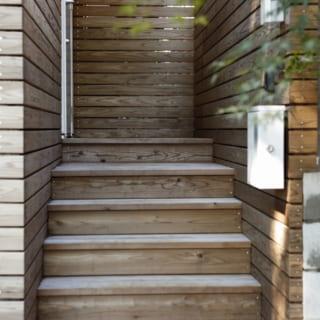 アプローチ/山本さんの提案で実現した「木の階段をコツコツ上がるアプローチ」