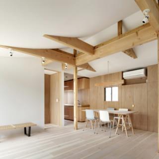 カーテンのように湾曲した天井が印象的な2階のリビング。この屋根は単なるデザインではなく、光を反射して1階まで届ける役割を果たしている