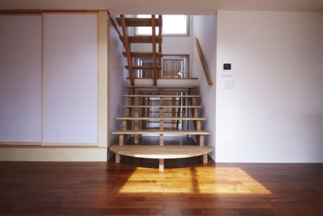階段/子どもがくぐれる高さにつくられており、和室の引き戸から入って階段下から出るなど、ジャングルジムのように遊べるユニークなデザイン