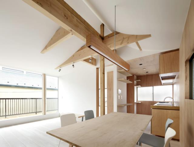 1階、2階ともにリビングダイニングとキッチンを備えており、親世帯と子世帯が気兼ねなく暮らせる工夫がされている