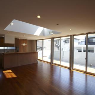 リビング/南側の明るい光が差し込むリビング。吹き抜けも設けられており、2階からの光も届く
