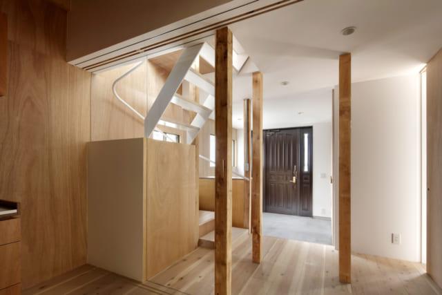 4世代がゆったり使えるよう、スペースを広く取った玄関。階段に目隠しの壁が設けられているところもささやかな気遣い
