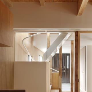 キッチンから見た玄関スペース。ガラスをはめ込んだ大きなドアが設けられており、このガラスを通して2階の明るい光が差し込むようになっている