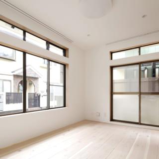 1階の個室。窓はリノベーション前のものをそのまま使用している