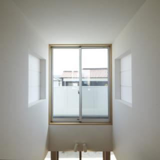 吹き抜け/2階の個室には吹き抜けに向かって窓が設けられており、家族同士声を掛け合うこともできる