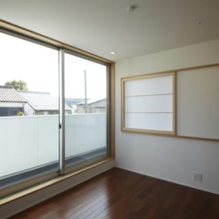 2階の個室/個室はあえてシンプルなつくりに。外のベランダを通って。隣の部屋と行き来することもできる