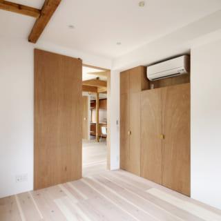 2階の個室。収納やドアに用いられたラワン材と白いペンキのコントラストが美しい