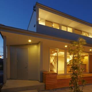 夜の外観/中庭から見た建物の外観。コンパクトなつくりだが、内装がシンプルなのでスペースが広く見える