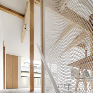 階段横に設けられたネット上のパーティション。採光を取るため、光を遮らない素材を採用した