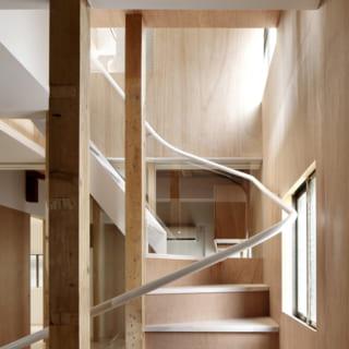 階段の踊り場部分にも採光を摂れる窓を設置。キッチンの明るさを確保している