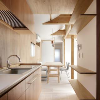 シンプルなキッチン。カウンターと棚は造作とした
