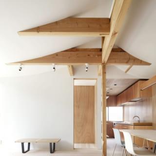 2階リビング。カーブした天井と木材の組み合わせがモダンな雰囲気を醸し出す