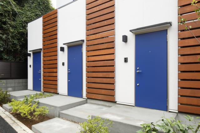 賃貸部分の木製ルーバーは外観デザイン上のアクセントになるとともに、入居者のプライバシーにも配慮したもの。風を通しながらも目線は止まり、道路に面した1階でもカーテンなしで生活できる。