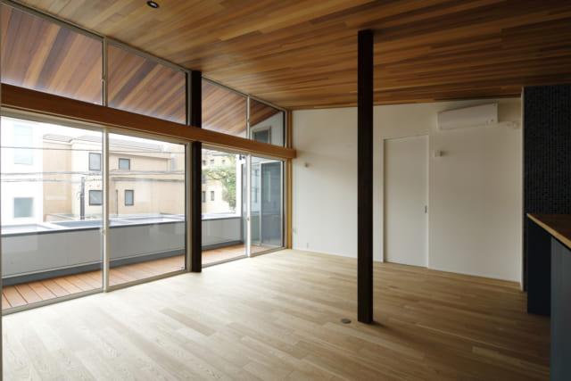 自然素材を使いたいというNさまの希望で実現した板張りの勾配天井。レッドシダーを用い、やわらかい雰囲気に。