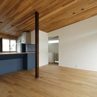 リビングダイニングと一体になったオープンキッチン。カウンターはあえて高めに設定し、バーカウンターのように。