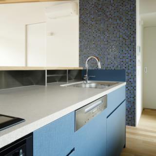 母屋との兼ね合いでブルーをテーマカラーに。壁にアクセントとして貼ったモザイクタイルはブルーの濃淡が美しい。