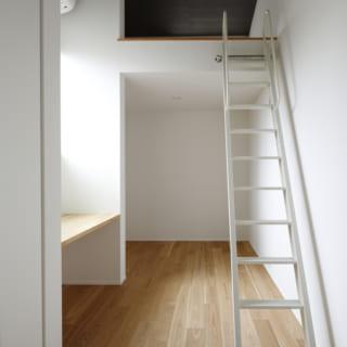 天井高を利用してロフトを設けた子ども部屋。立体空間を利用してリズミカルな空間に。
