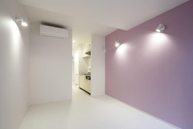 リビングの壁はブルー、ピンク、グリーンで3部屋とも違うカラーリングに。女性専用らしくやわらかいトーンの内装に。