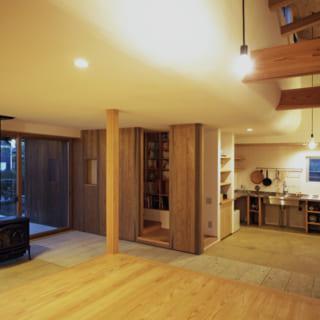 腰掛けられるくらいの高さにしつらえられた板の間から見た空間。やわらかく湾曲した天井(漆喰)が温かみを感じさせる