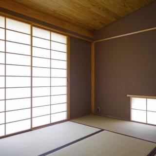 障子を閉めた様子。壁は左官職人の丁寧な仕事で仕上げられた土壁。 天井には杉材が用いられており、美しい木目を堪能することができる