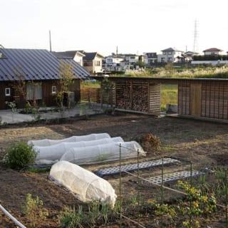 家の目の前にある畑。晴れた日はここで畑仕事を楽しみ、雨の日には家でのんびりと読書を楽しむのがFさん理想の暮らし