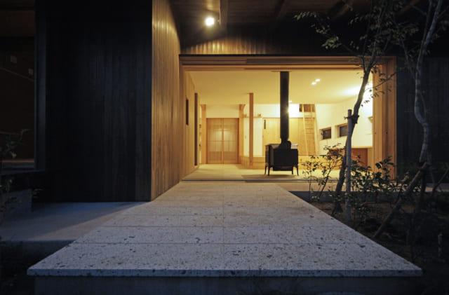 南側に位置する庭に面した大きな開口部。開け放てば庭と室内とが一体化した開放的な空間となる