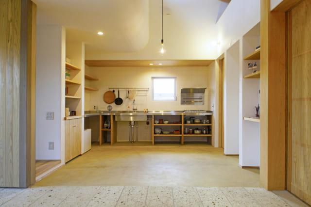 通り土間の向こうに設置されたキッチンは、大工さんが杉で組みステンレス加工したオリジナル