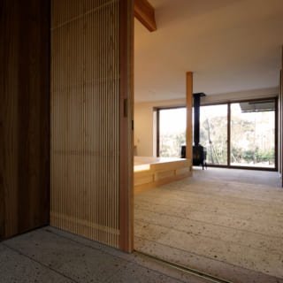 玄関から見る通り土間と千本格子の木製建具