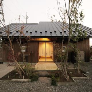 外観には杉板を使用、塗料はウッドロングエコを用いている。時間の経過を楽しみ、10年、20年たったときの風合いも考慮している