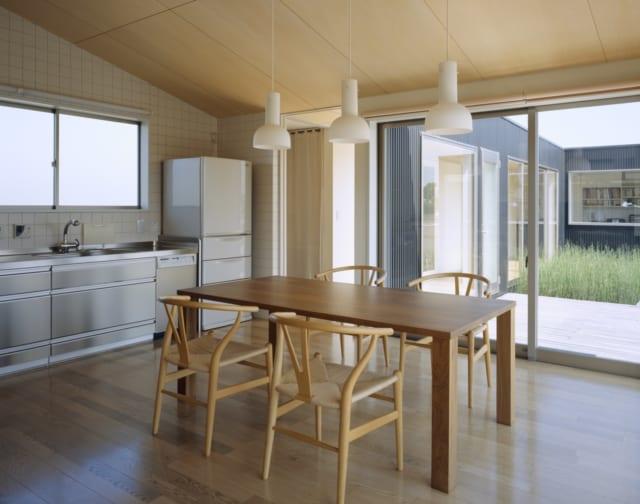 大きな窓から明るい陽射しが入るキッチンとダイニング。