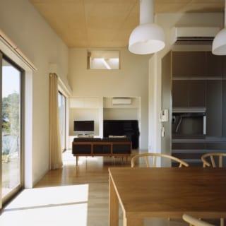 ダイニングから見たリビングスペースと2階のアトリエ。夏の暑い日でも、繋がったそれぞれの部屋に風が通り抜ける。