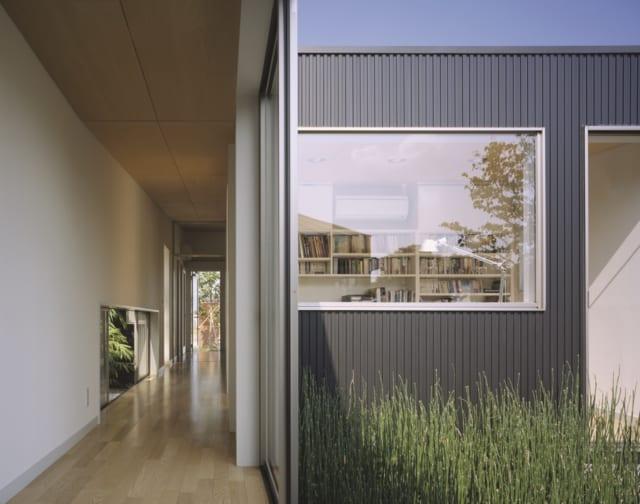 プライベートスペース側の廊下と書斎。どこからでも庭を眺めることができる