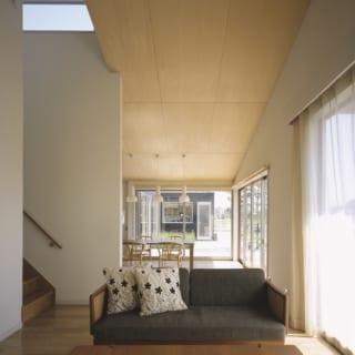 リビング。窓の向こうにはテラスを挟んでプライベートスペースである書斎を望む