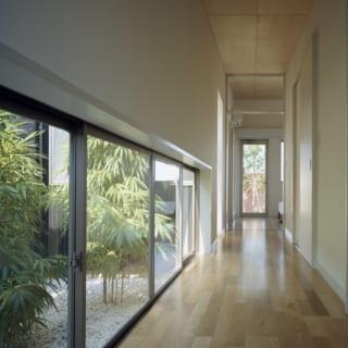 四季の自然を感じることができる廊下。奥の寝室の向こうにもまた別の庭があり、異なった趣が楽しめる