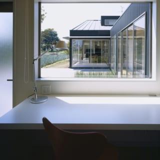 家事室も兼ねた書斎。天井高が低く抑えられており、落ち着けるスペースとなっている